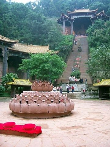 Site bouddhique de Leshan - Grand escalier menant à un Bouddha assis