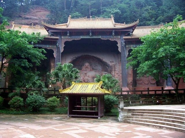 Leshan Buddhist site - Sculpture of Buddha seen from the main square