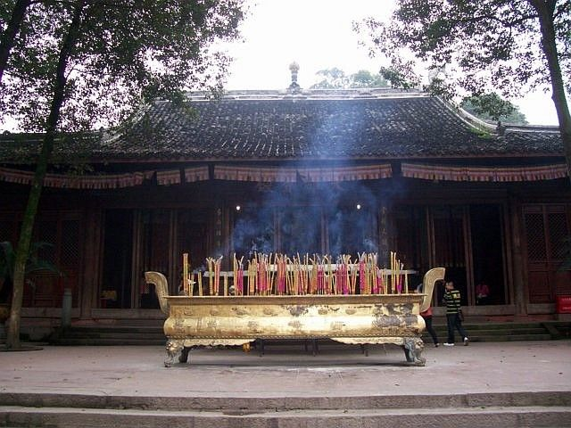Leshan Buddhist site - Incense in front of Lingyun temple