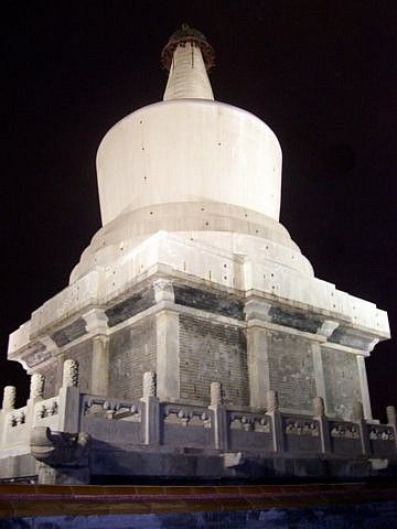 Beihai park - White dagoba, by night (from behind)