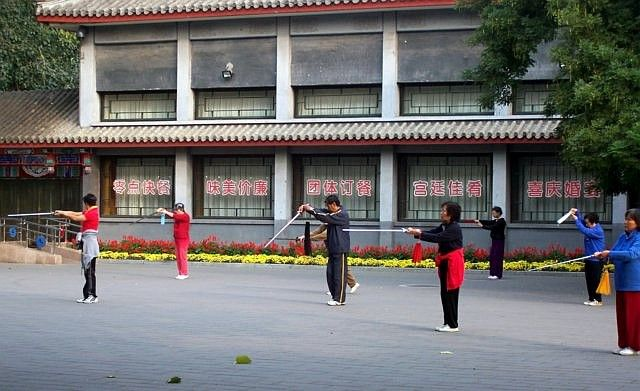 Temple of heaven - Tai-chi session, with arms