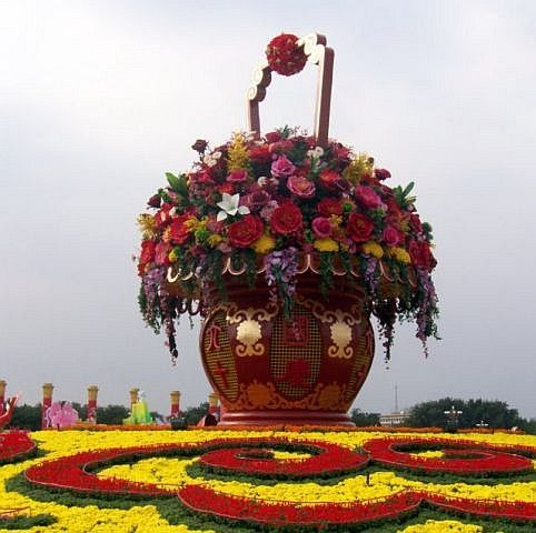 Tian'anmen square - adornment in the shape of a vase