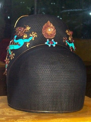 Dingling museum - headdress of emperor