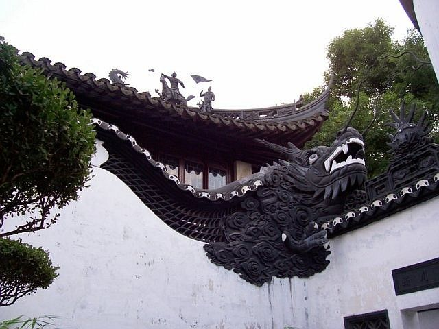 Yu garden - Dragon in front of an opening