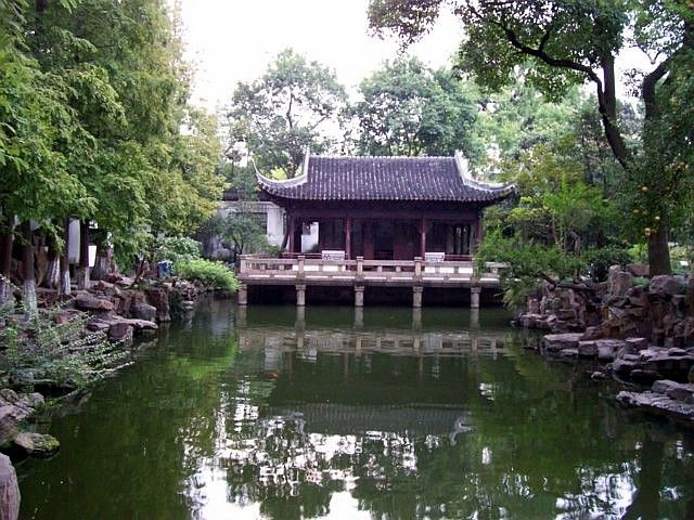 Yu garden - Pavilion reflecting in water