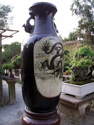 Humble administrator's garden - Vase with dragon