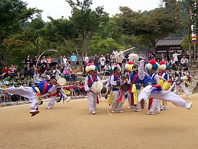 Traditional dance in folk village