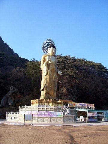 Beopjusa Buddhist temple - Bronze statue of Buddha