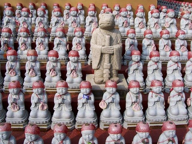 Manbulsa temple - Statue of an animal of the zodiac (the hare) and statues of babdy Buddhas