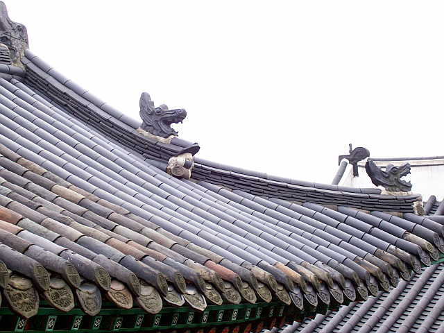 Changdeokgung palace - Roof with dragon heads
