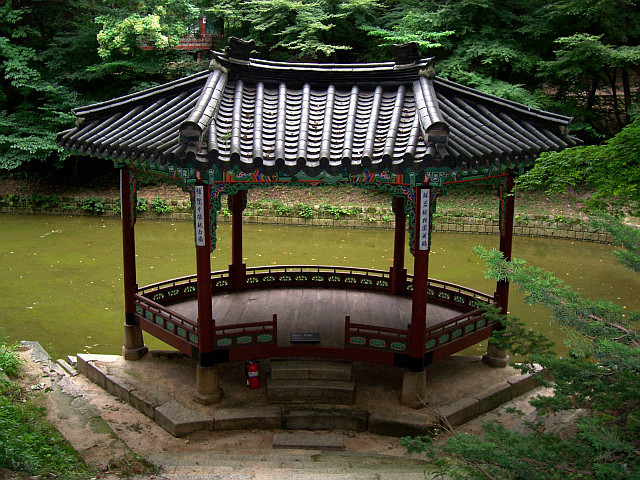 Changdeokgung palace - Pavilion in an arc