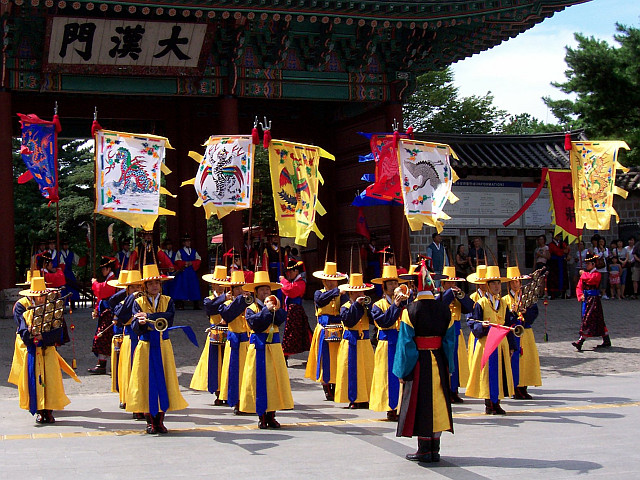 Deoksugung palace - Changing of the guard with band