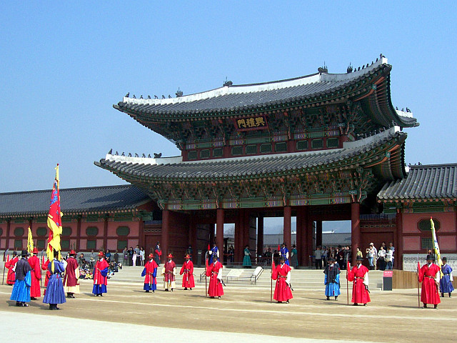 Gyeongbokgung palace - Entrance to the palace with the beginning of the changing of the guard