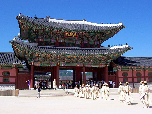 Gyeongbokgung palace - Guards in white outfit