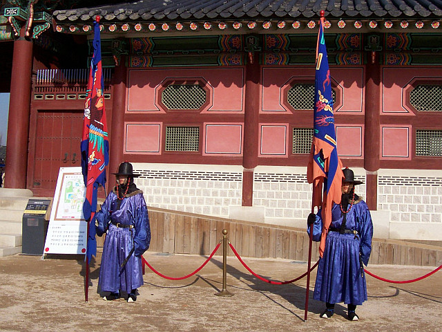 Gyeongbokgung palace - Guards with the banners
