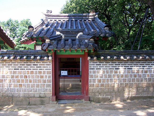 Jongmyo palace - Back door of an enclosure