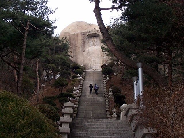 Sunggasa temple (Bukhansan) - Stairs leading to a granite bas-relief of Buddha