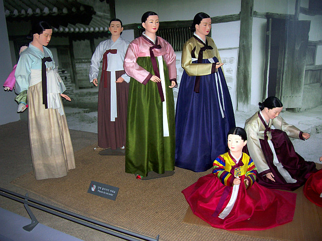 Seoul Folk museum - Women wearing hanbok, the traditional dress
