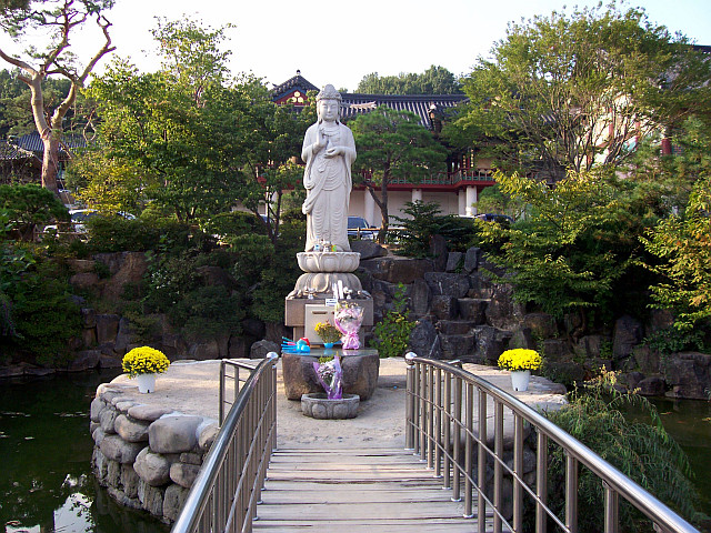 Bongeunsa temple - Statue at the entrance
