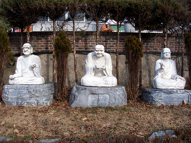 Bongwonsa temple - Statues of disciples of Buddha