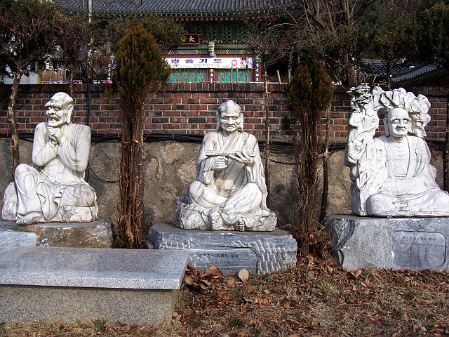 Bongwonsa temple - Statues of disciples of Buddha (view 2)