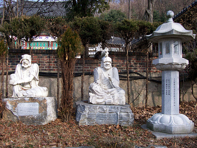 Bongwonsa temple - Statues of disciples of Buddha (view 3)
