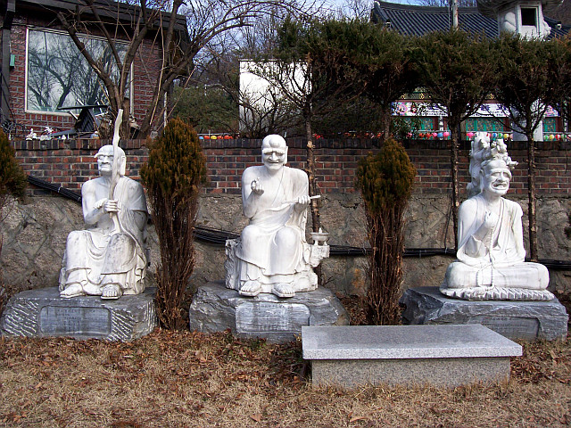 Bongwonsa temple - Statues of disciples of Buddha (view 5)