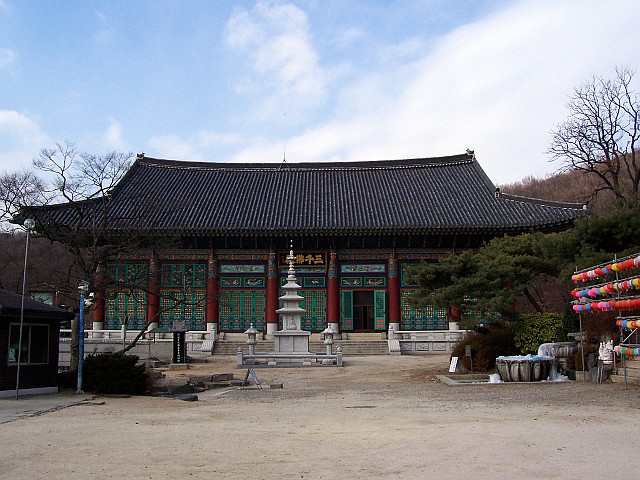 Bongwonsa temple - Main hall with a stupa