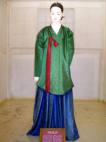 Unhyungung palace - Court Lady dressed in dangeul