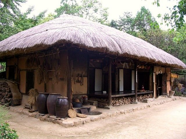 Yong-in folk village - Traditional farmhouse with a thatched roof