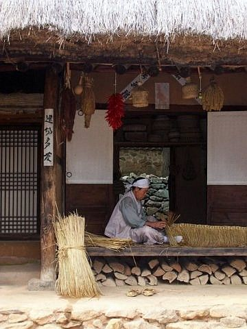 Yong-in folk village - Hand weaving of rice straw