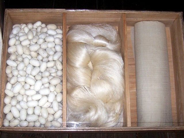 Yong-in folk village - Cocoons, silk thread and woven silk