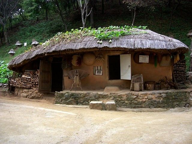 Yong-in folk village - Mountain farm with thatched roof