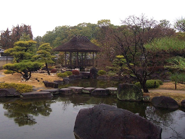 Koko-en Garden - Pavilion and water