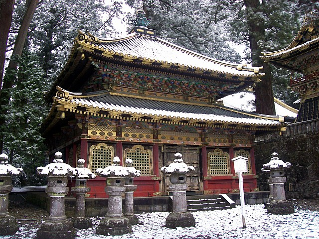 Toshogu shrine - Library of sutras and stone lanterns