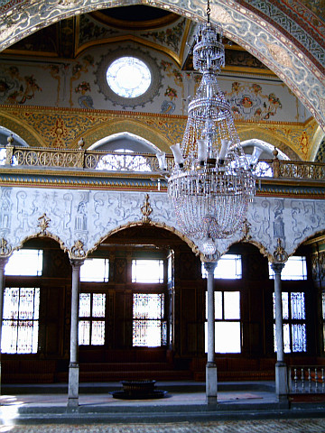 Harem of Topkapı palace - Chandelier and arcades of the Imperial hall