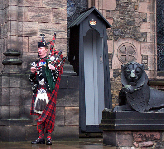 Edinburgh castle - Soldier with bagpipe