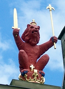 Holyrood palace - Lion and crown, symbols of British monarchy
