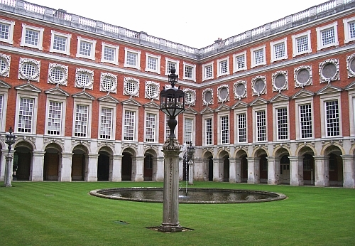 Hampton court - Fountain courtyard