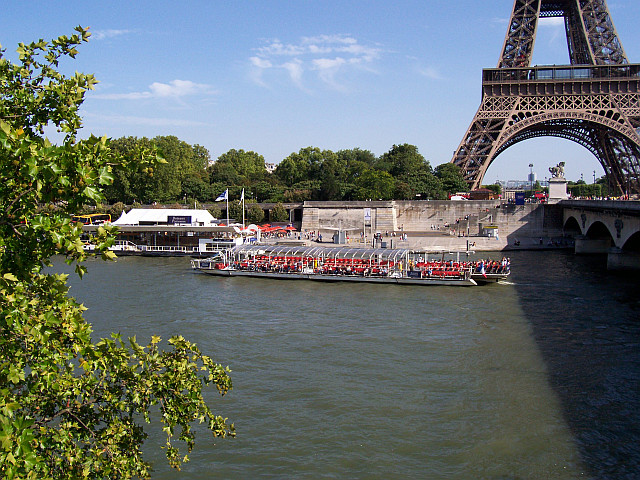 Pleasure boat (in french : bâteau mouche) at the foot of the Eiffel tower
