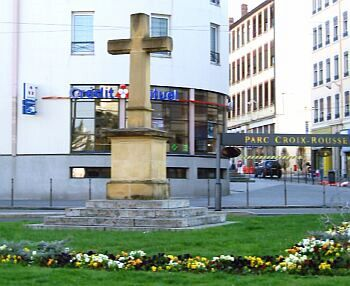 Croix-Rousse - Cross at a roundabout (a new one)
