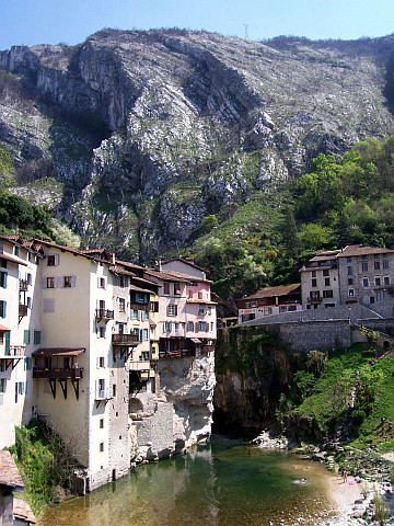Pont-en-Royans - Suspended houses at the feet of mountains