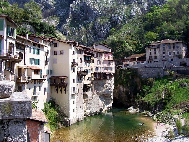 Photo maisons suspendues de pont en royans for Beau village autour de toulouse